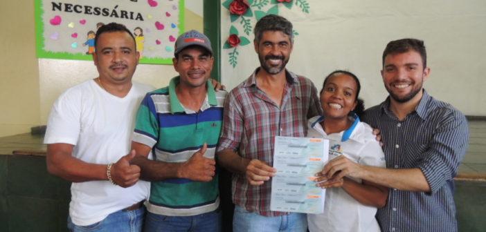 Entrega de cheques moradias para a população